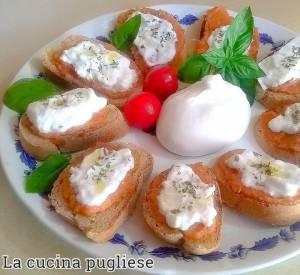 Crostini di pane con Patè Bruschetta e burrata - la cucina pugliese